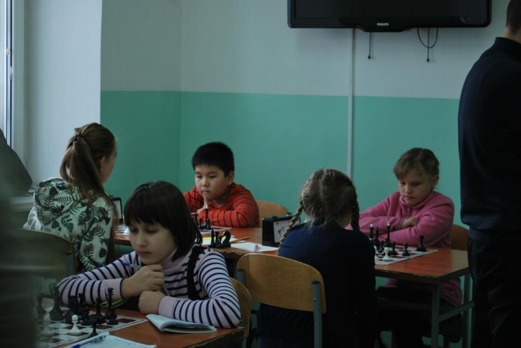 Девочки оккупировали первые столы, за которыми обычно сидят игроки занимающие лидирующие позиции.