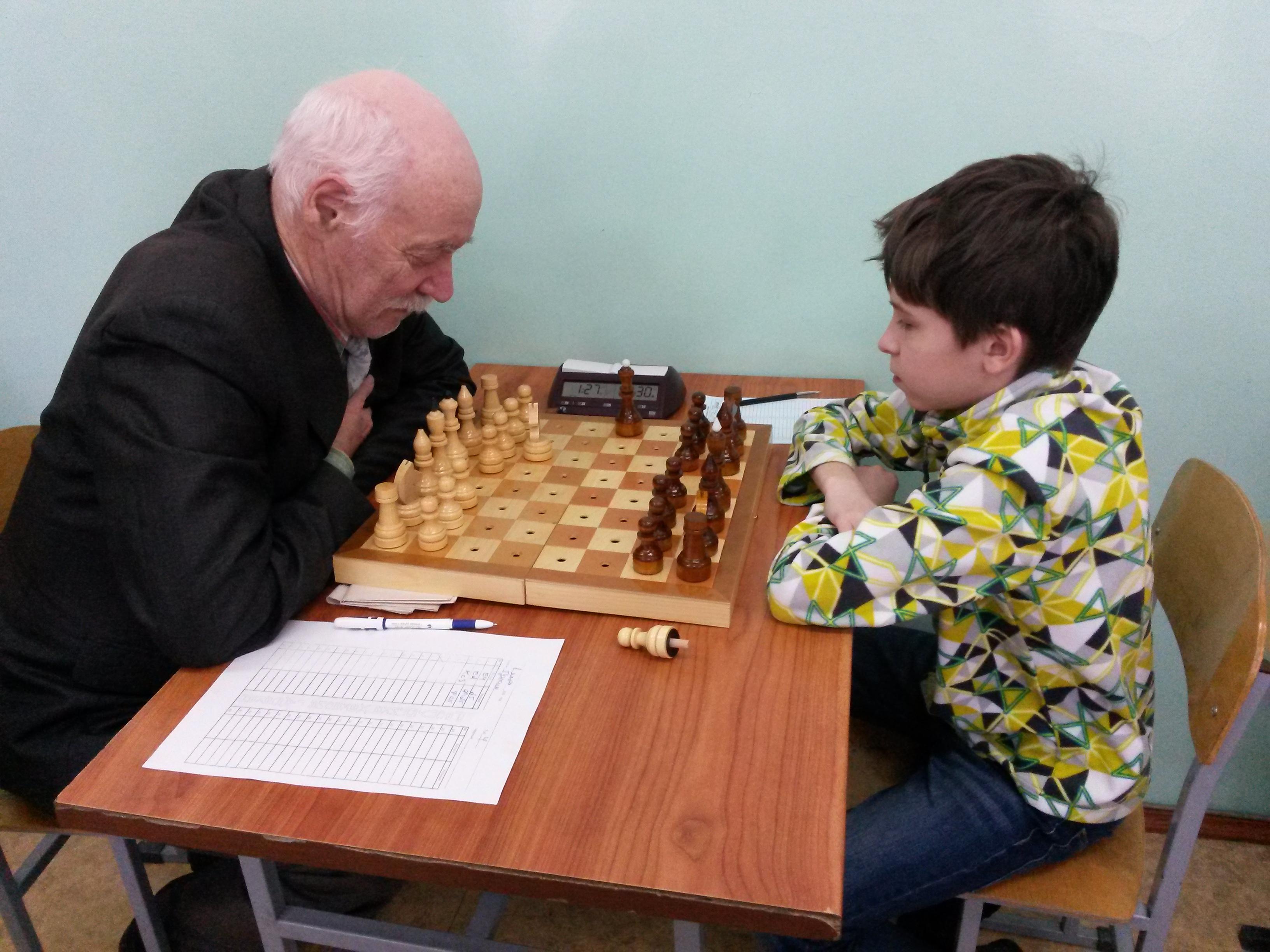 Данил Гунькин(справа) побеждает легенду шахмат Хакасии Владимира Самбурского