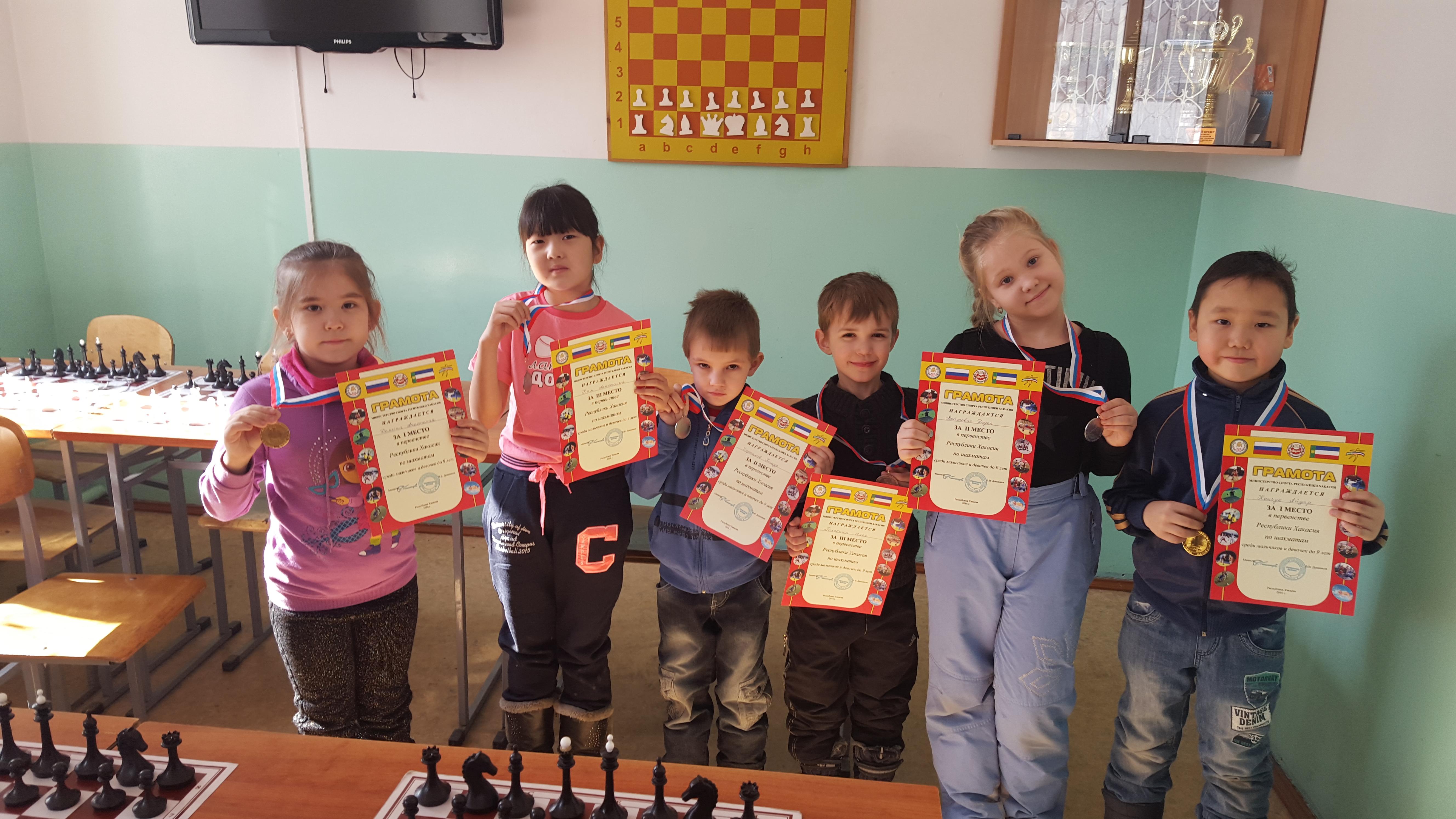 Слева направо: Настя Дёмина, Настя Ким, Тимур Чертыков, Илья Головкин, Даша Войтович и Айдар Кончук.