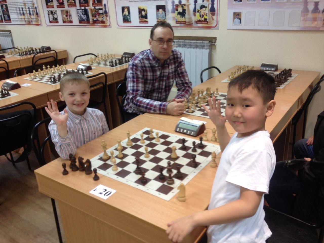 Слева Лев Ильин,справа Айдар Кончук,между ними тренер команды Терещенко В.П.