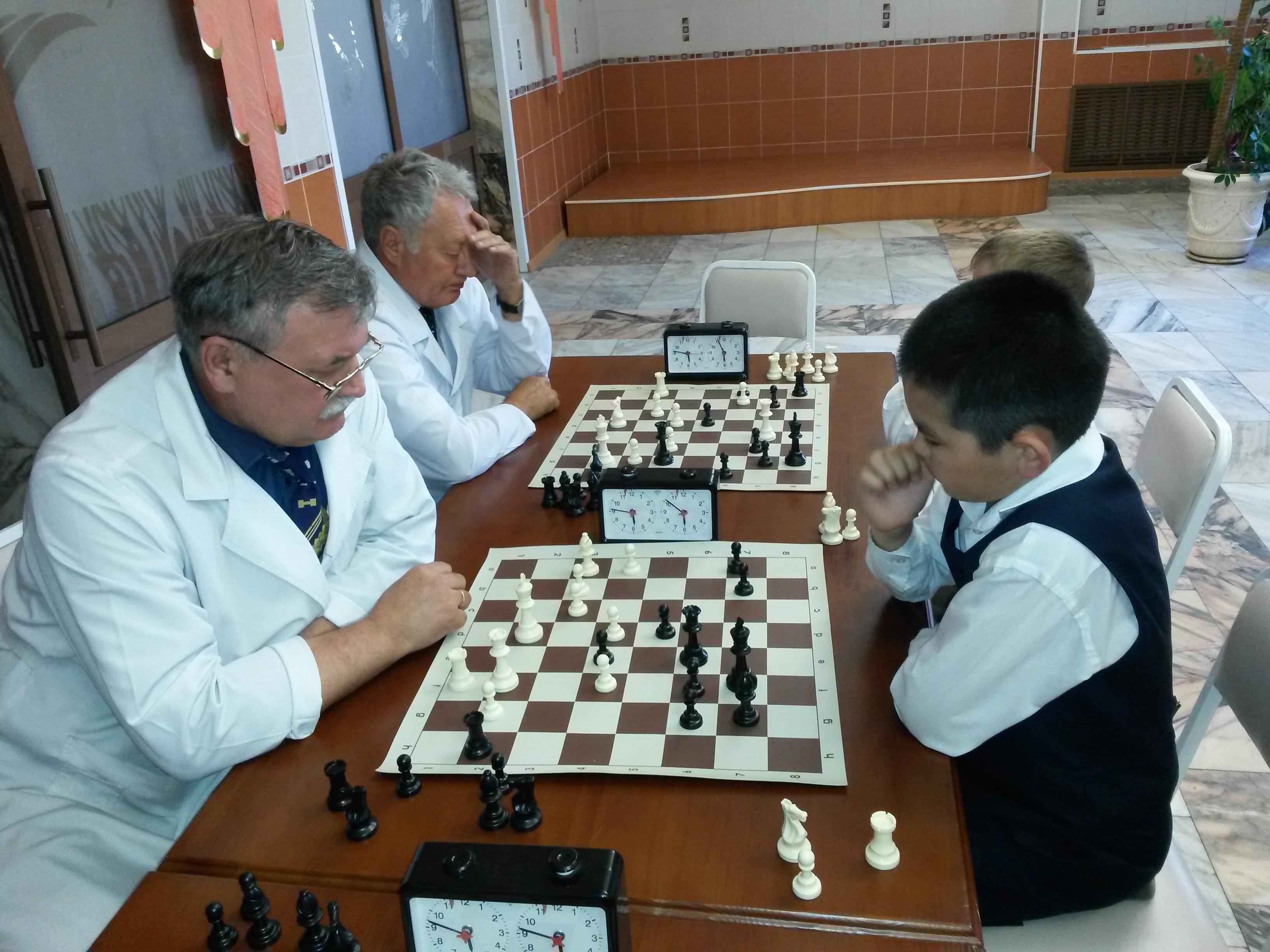 Капитаны своих команд Александр Перцев(слева) и Михаил Канзычаков. На этот раз молодость взяла вверх!