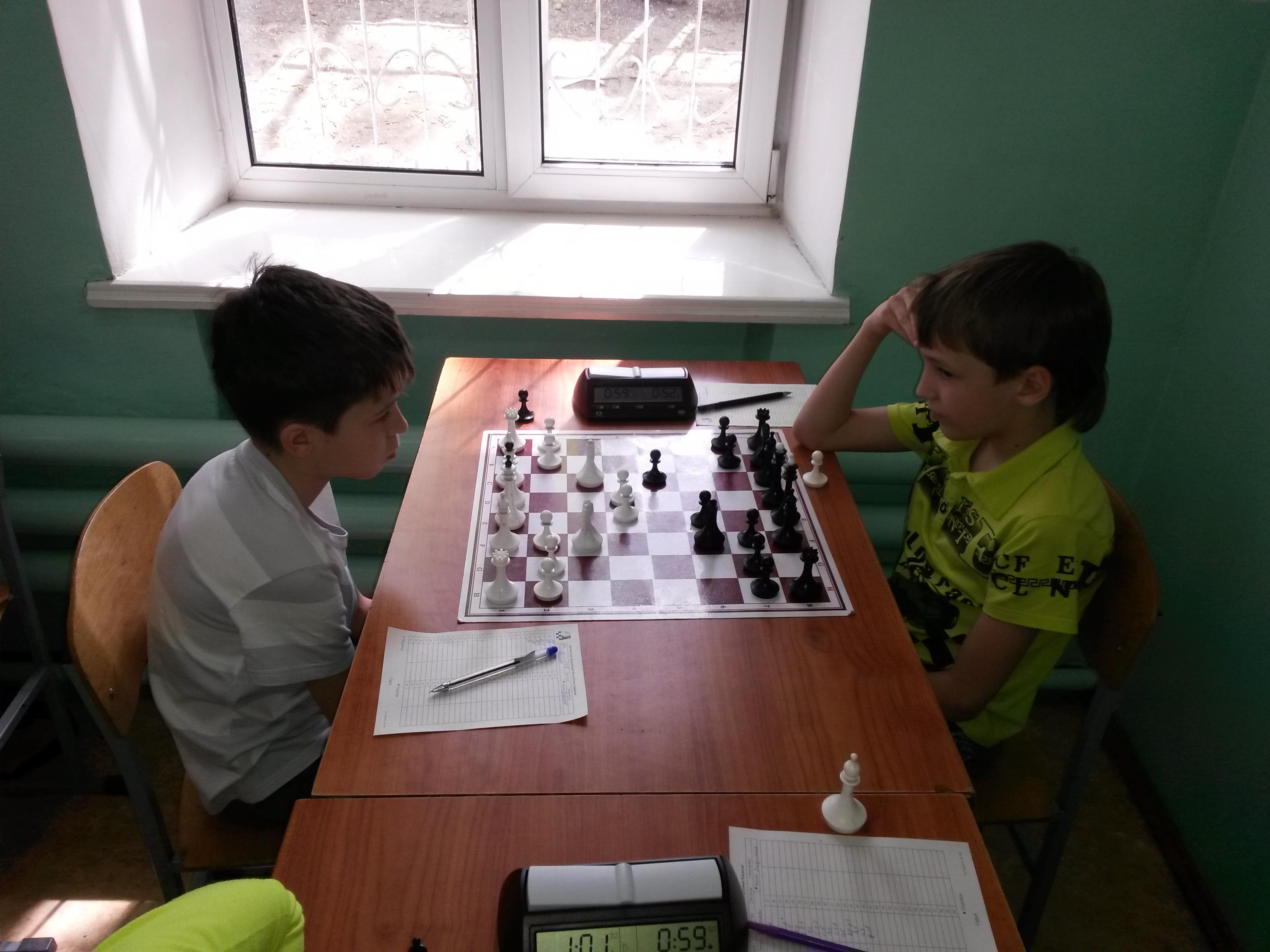 Данил Гунькин(слева) обыгрывает Артёма Завьялова и выходит на вторую позицию.