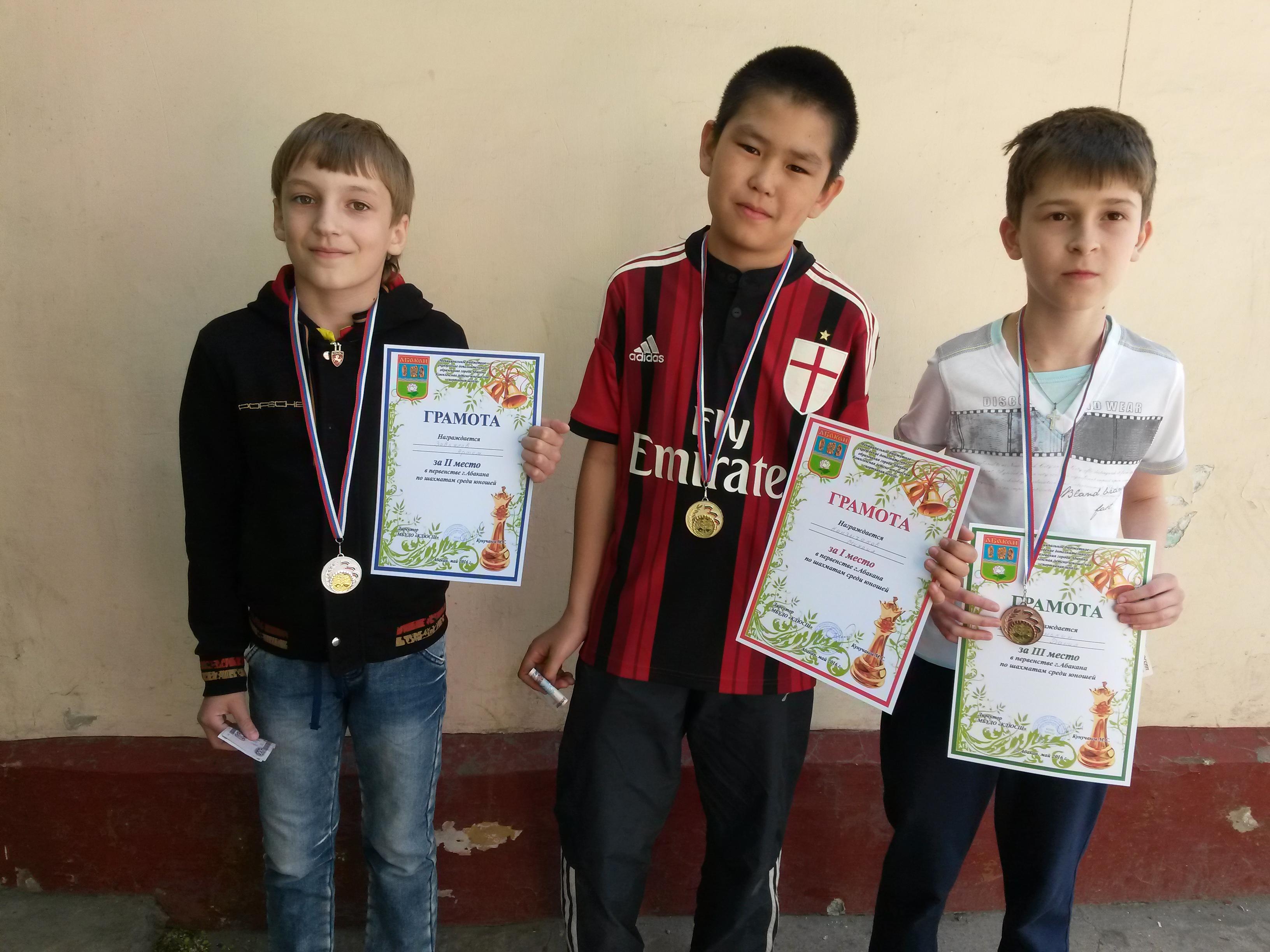 Лучшие шахматисты среди школьников города. Слева на право: Артём Завьялов(серебро), Михаил Канзычаков(золото), Данил Гунькин(бронза).