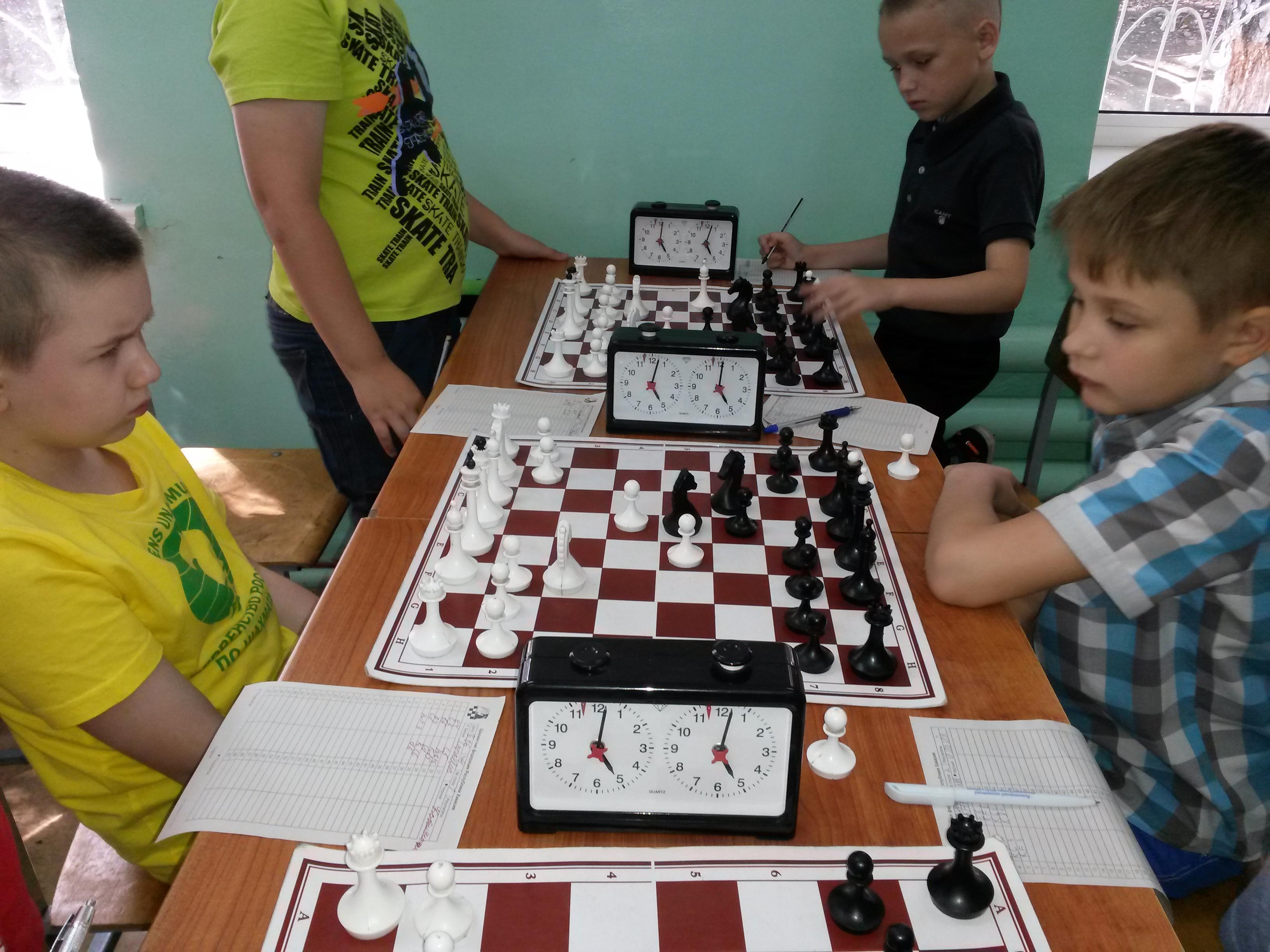 В споре лидеров турнира мальчики до 11 Степан Харкевич(слева) вырвал в упорной борьбе победу у Владимира Кобылянского(справа)