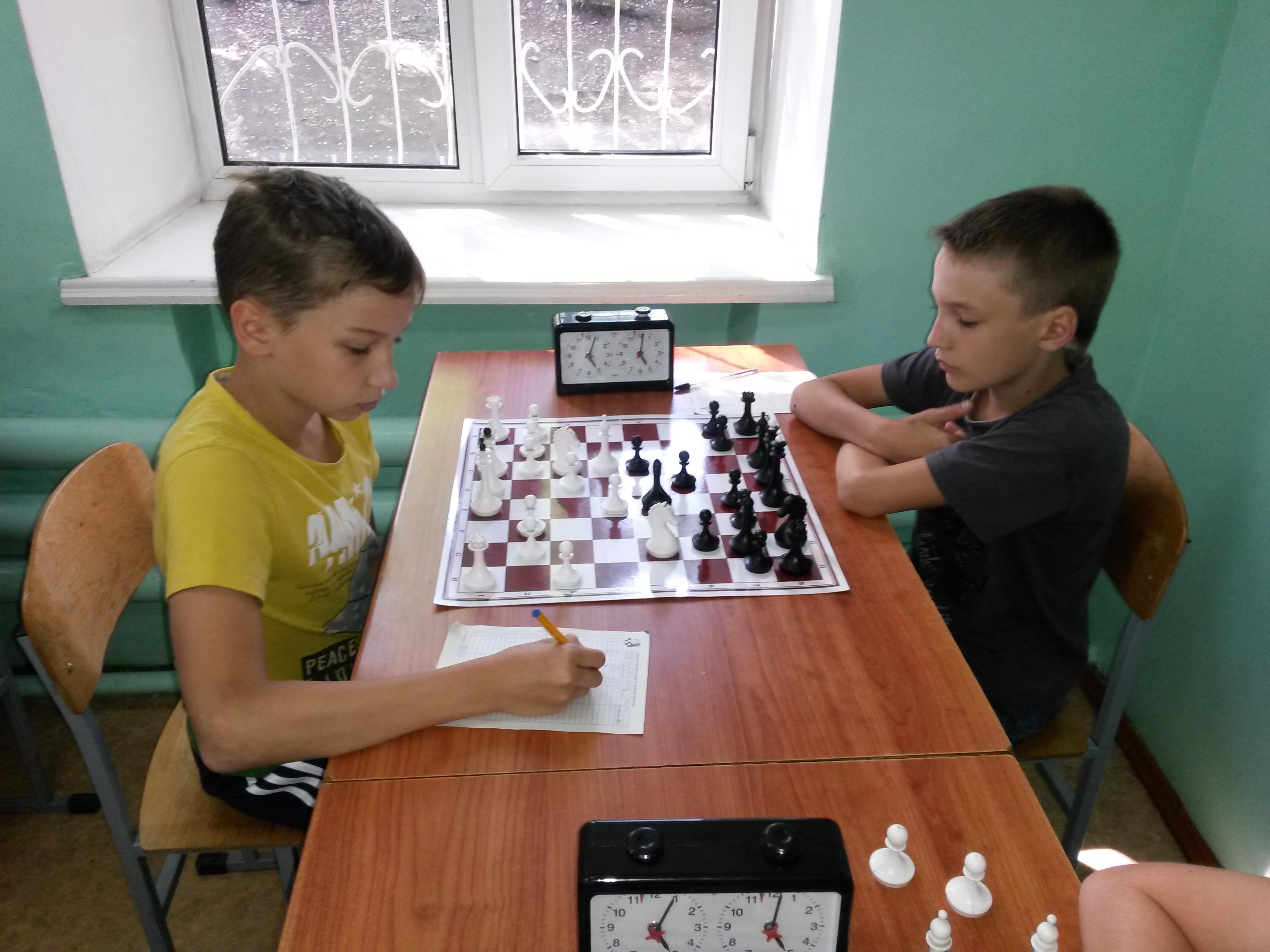 Лидеры турнира мальчики до 13 лет сыграли вничью. Слева Данил Сейбель, справа Артем Завьялов