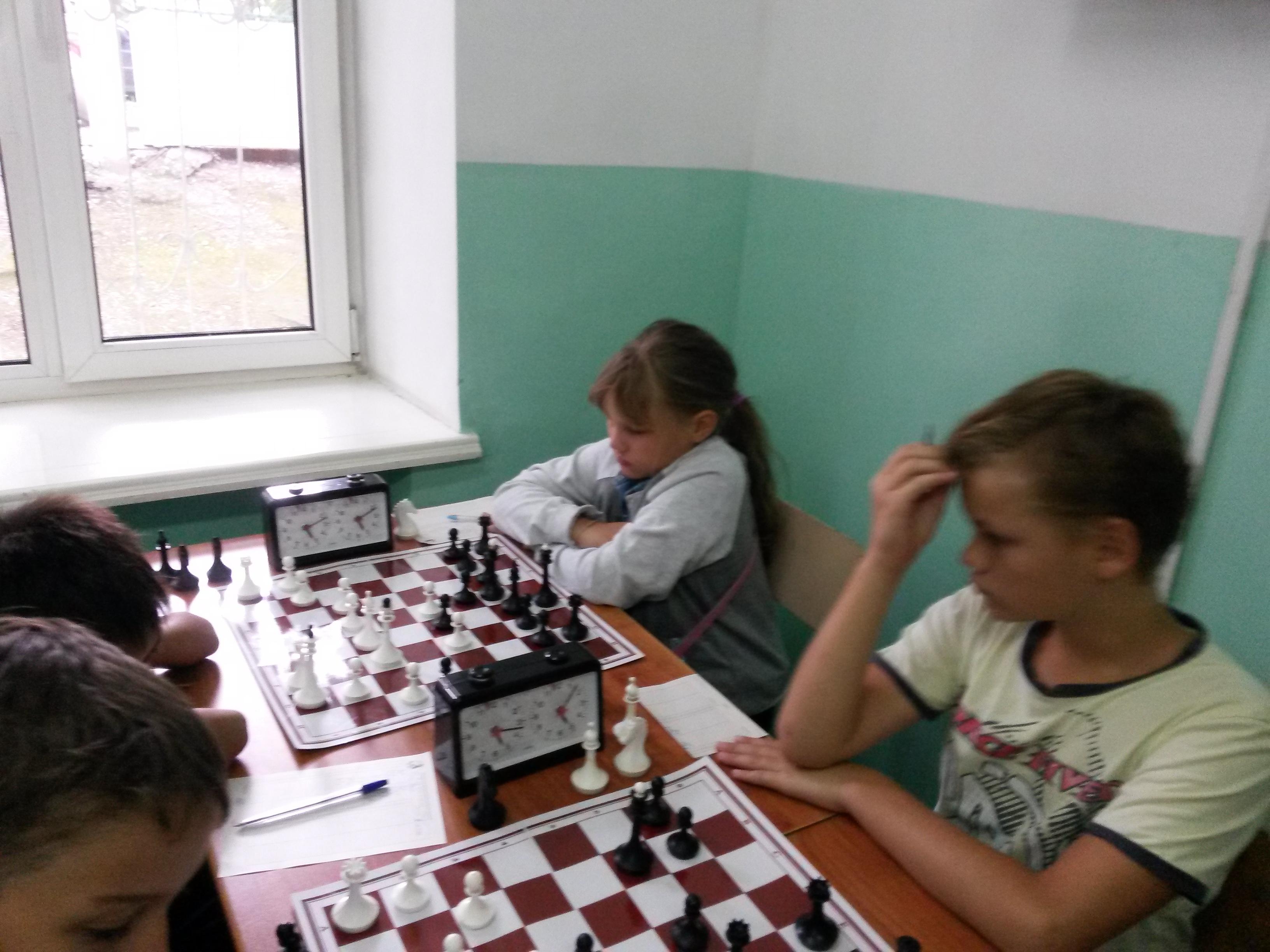 На дальнем плане фаворит безрейтингового турнира лучшая в Хакасии в своём возрасте Елизавета Власенко.