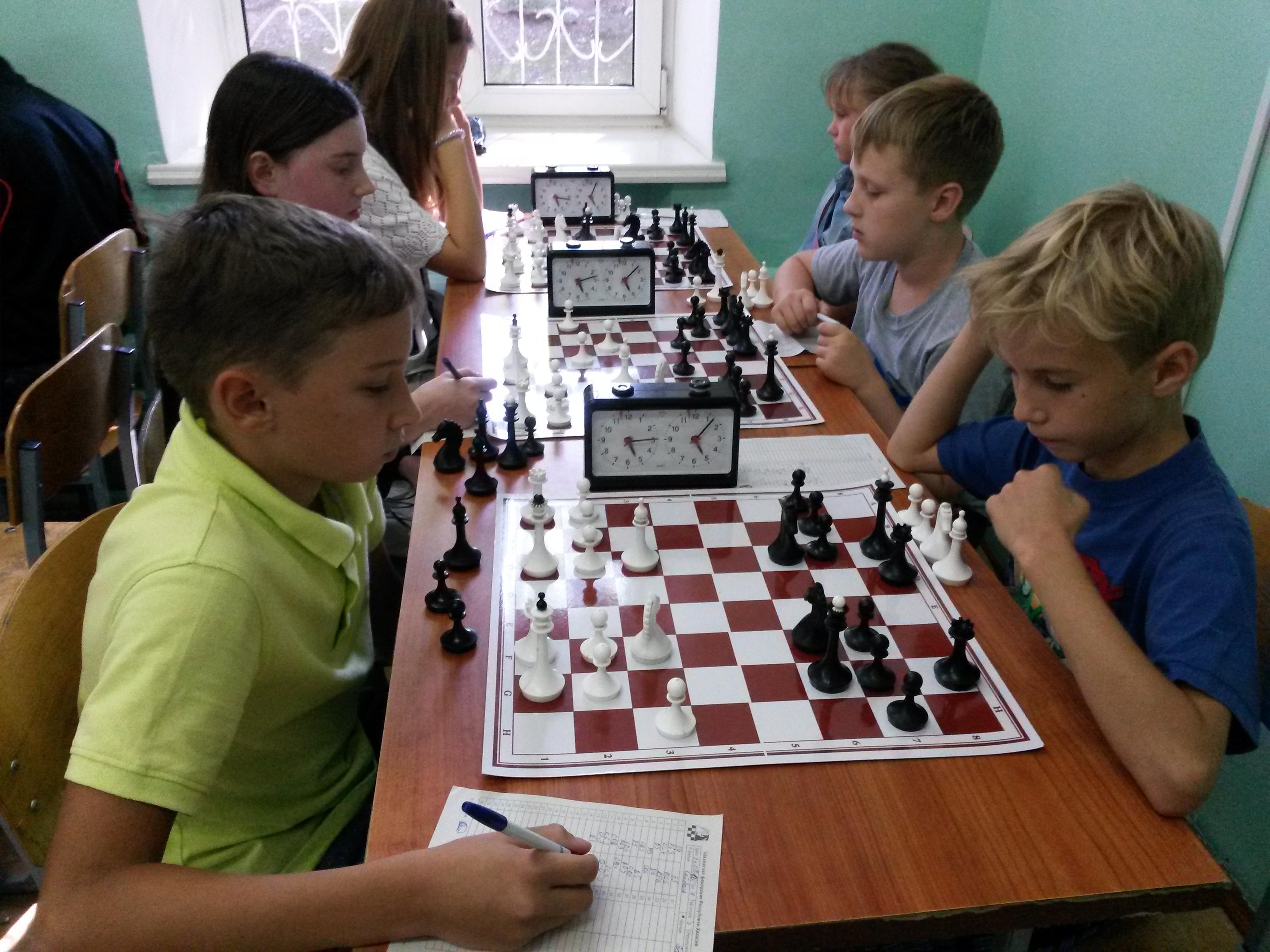 В турнире без рейтинга не менее жаркие баталии! Сражаются Данил Сейбель(слева) и Максим Байкалов.