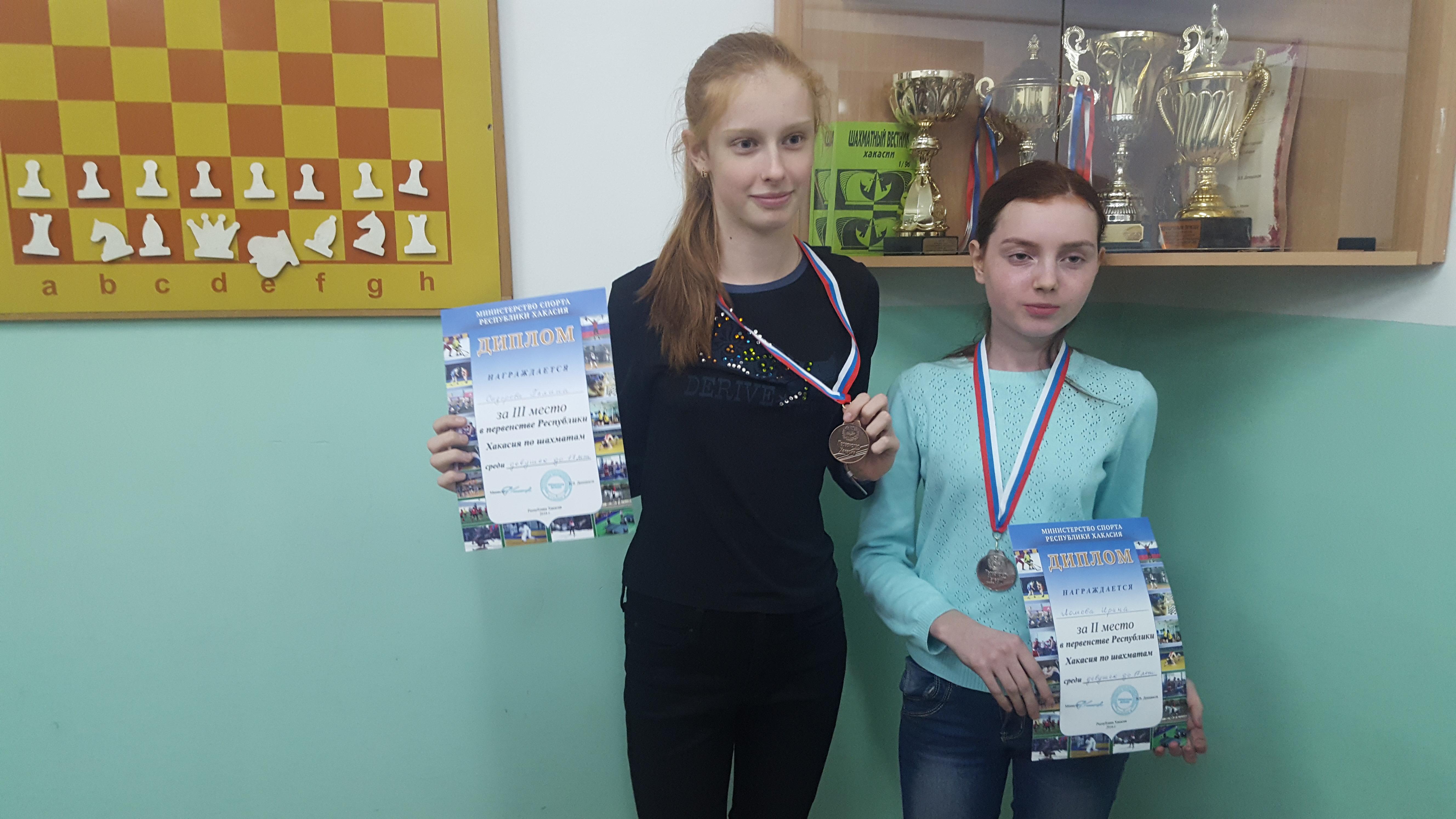 Девушки до 17 лет:Сидорова,Ломова,за кадром победительница Костригина.