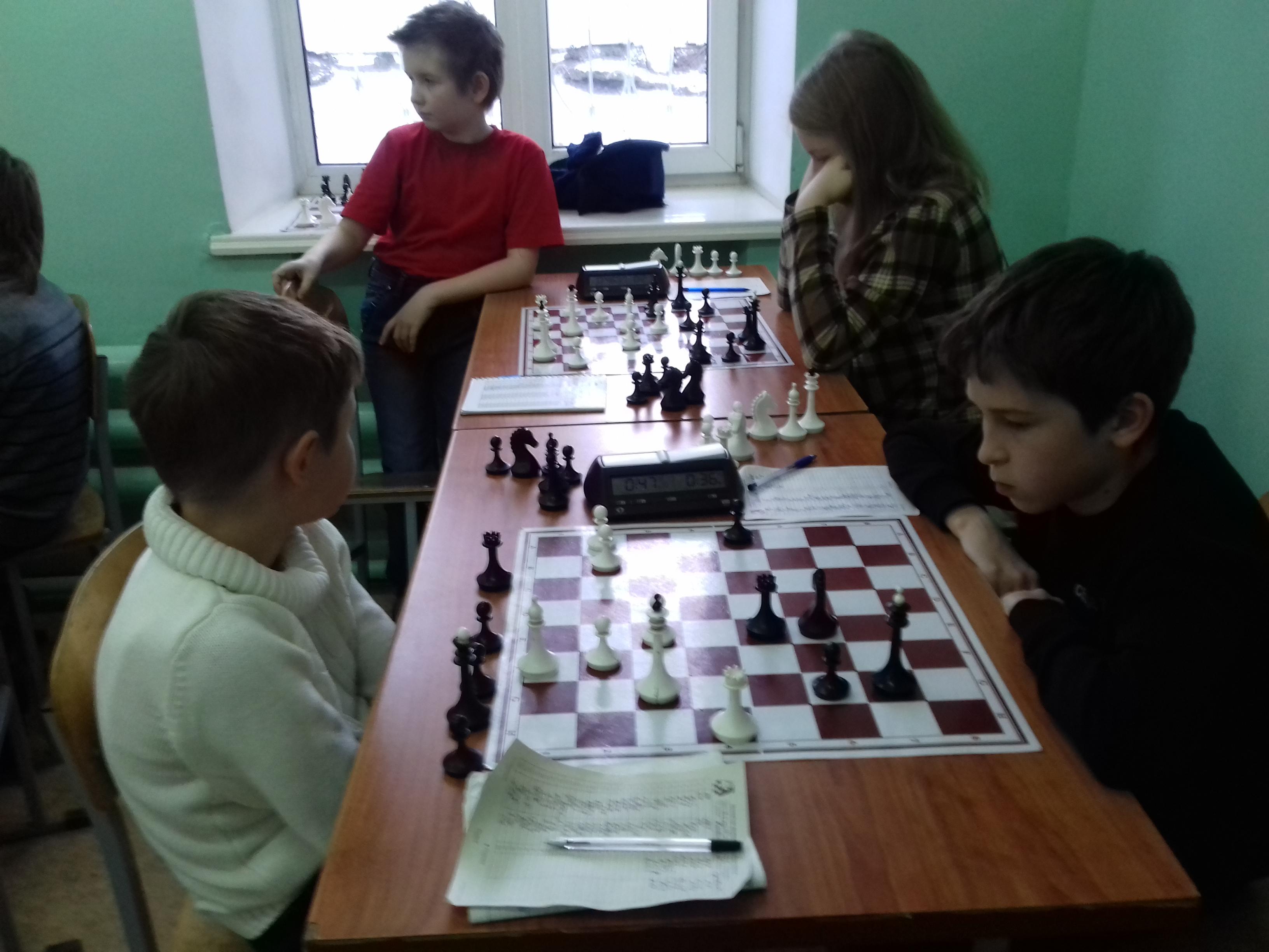 На переднем плане партия Кобылянский-Гунькин завершилась вничью. На заднем плане партия Харкевич-Бабушкина также не принесла никому победы.