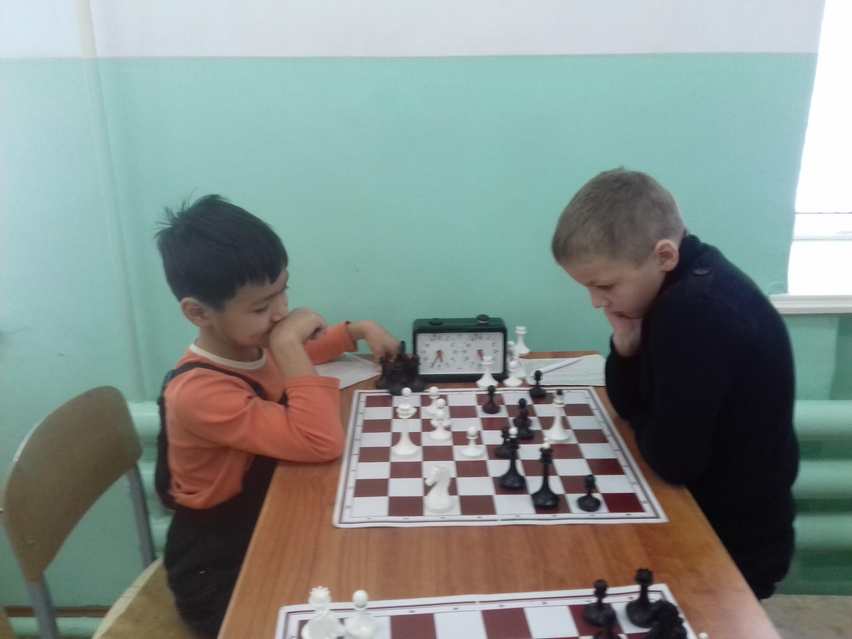 Лев Ильин(справа) не без приключений выиграл у Владислава Цоя.