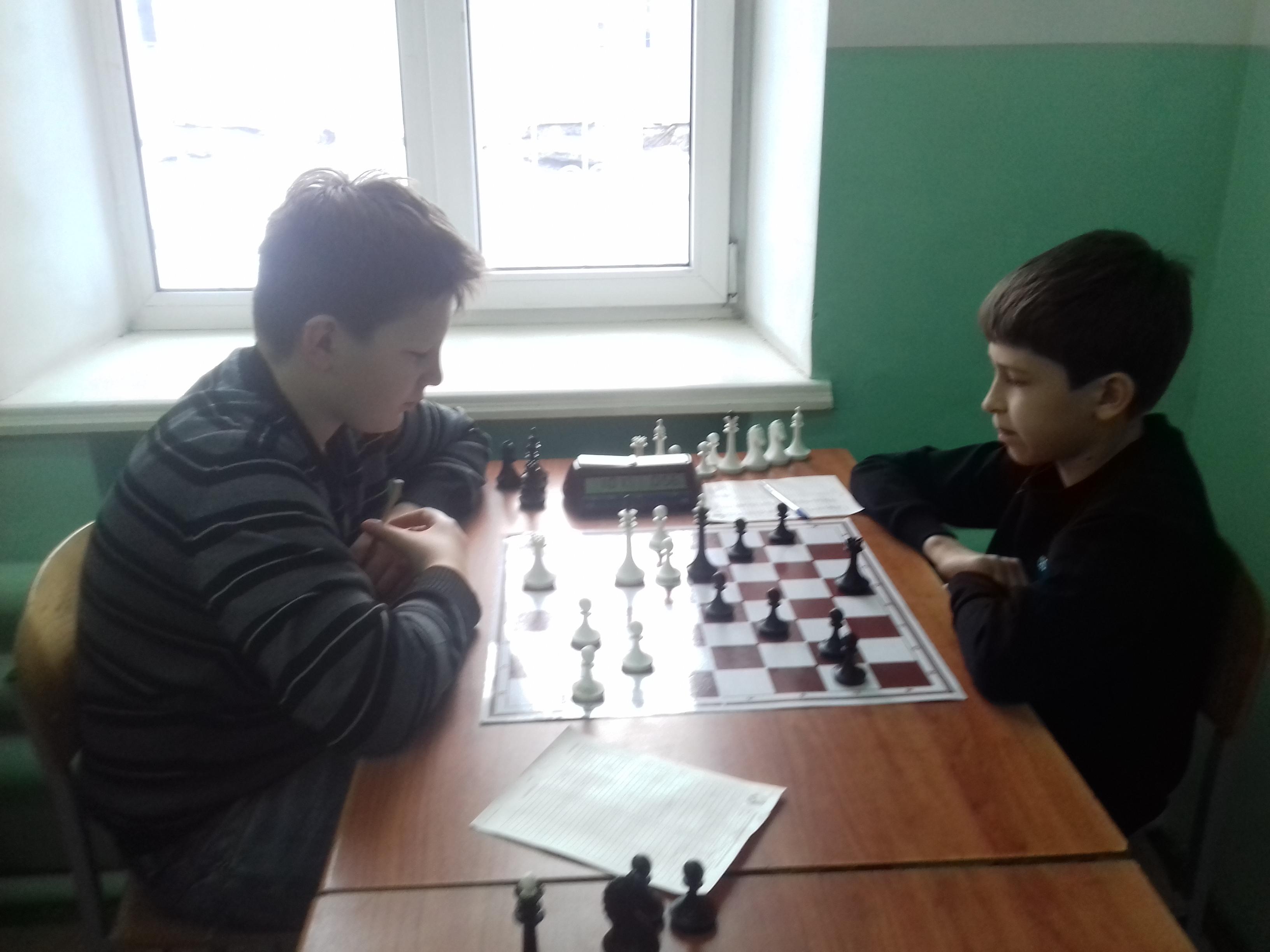 Данил Гунькин(справа) побеждает Дениса Новикова и меняет его на посту лидера.